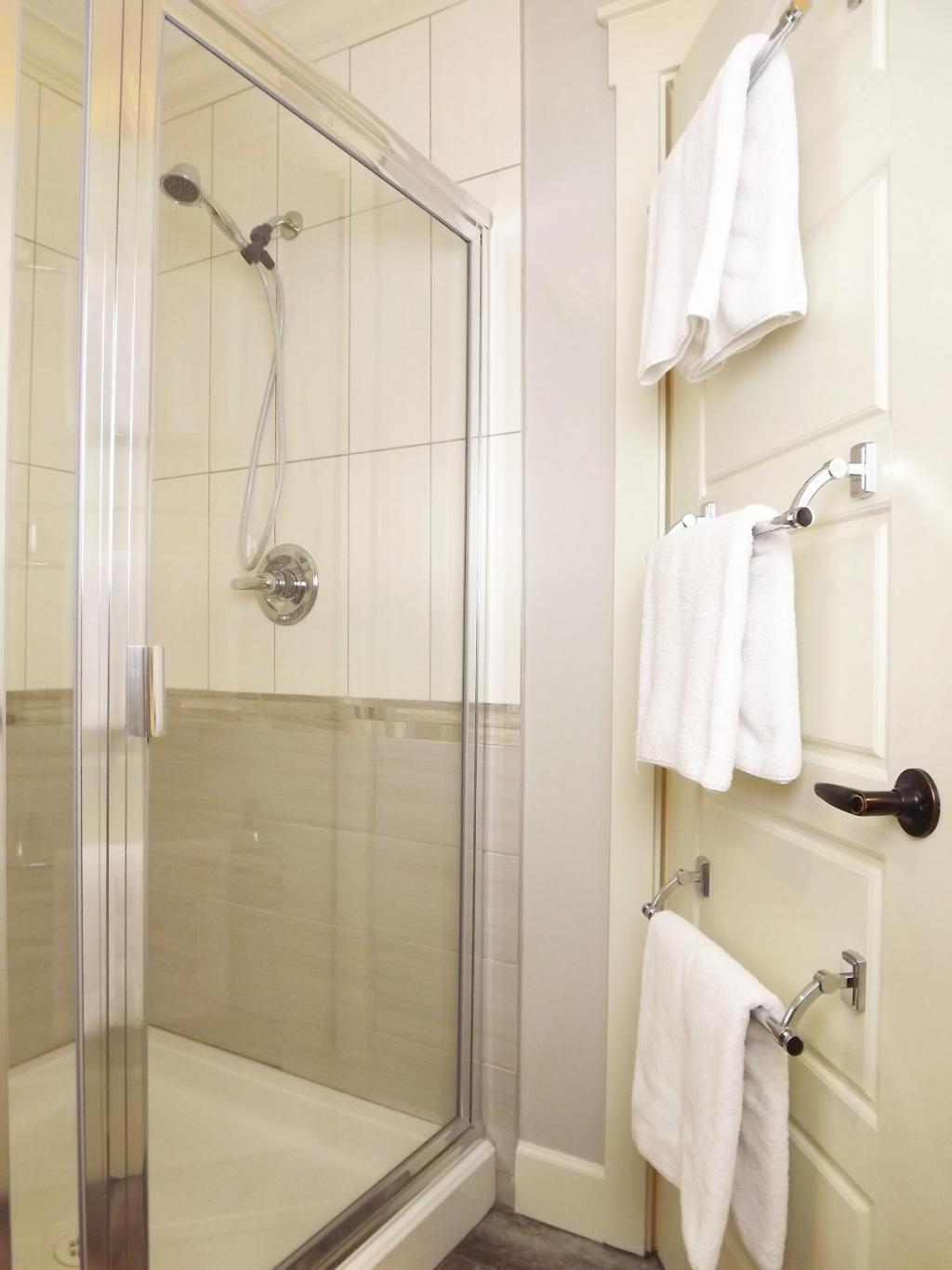 8 simple storage ideas for a small family bathroom for Bathroom ideas towels